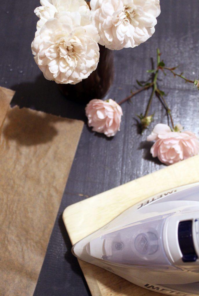 Pressare ed essiccare fiori con il ferro da stiro