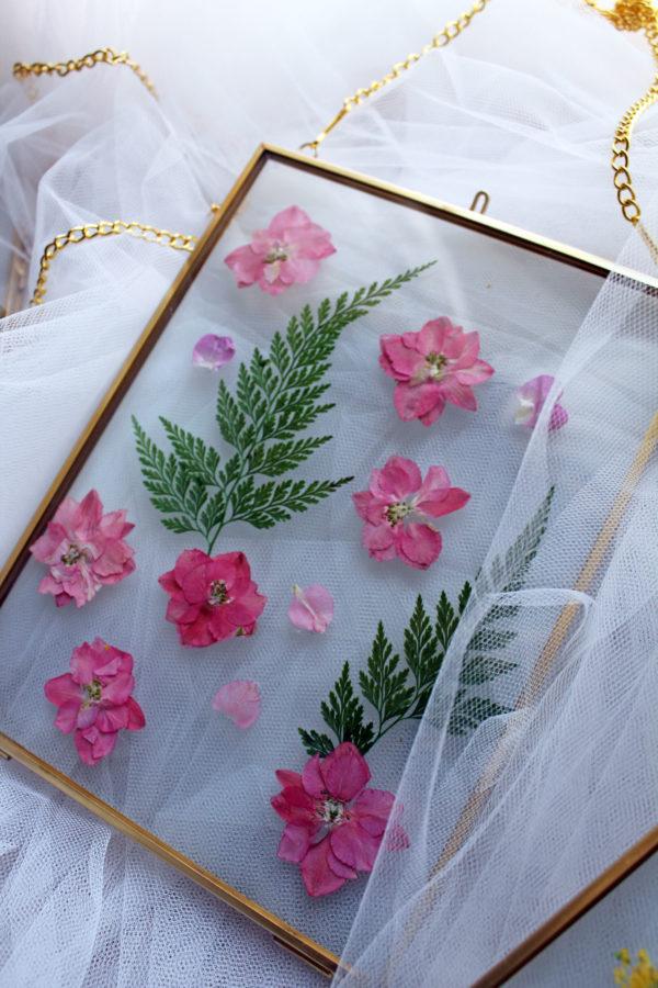 cornice in vetro e ottone con fiori pressati