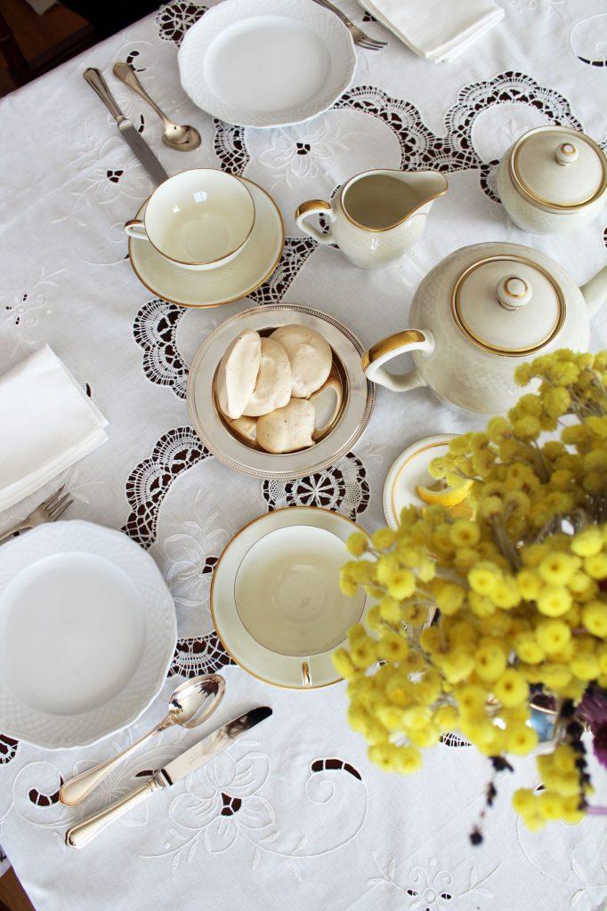 come apparecchiare la tavola per l'ora del tè